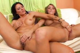 Бабенка и ее подружка мастурбируют киски друг дружки